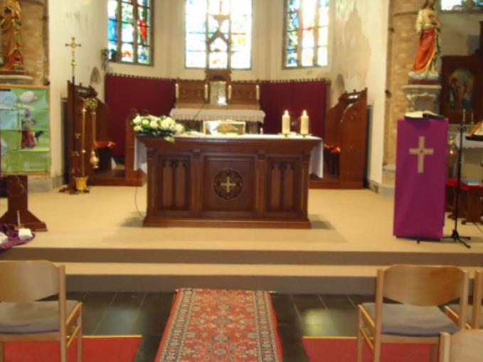 vasttapijt onder altaar in kerk