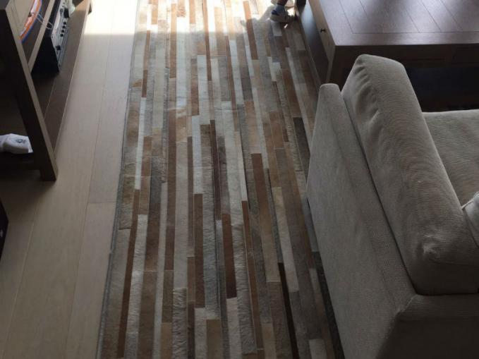 gestreept koevel tapijt onder salontafel