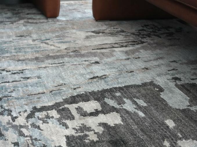gevlekt tapijt in blauw en grijs gevlekt