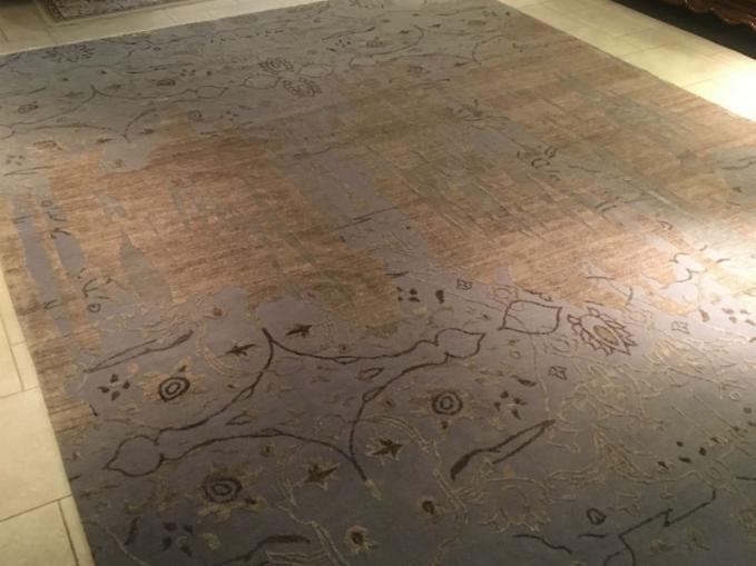 groot tapijt onder ronde tafel