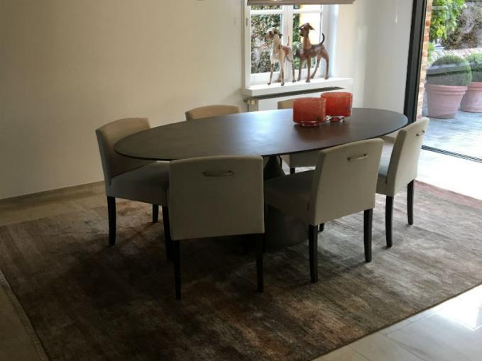 handgeknoopt( tapijt in bamboe zijde onder de eettafel