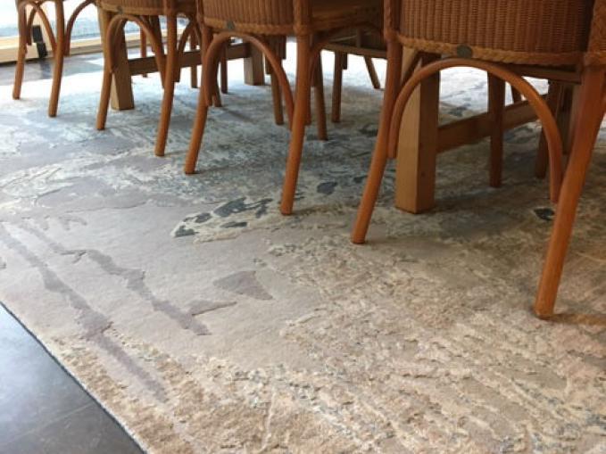 handgeknoopt tapijt in grijs en lichtgrijs