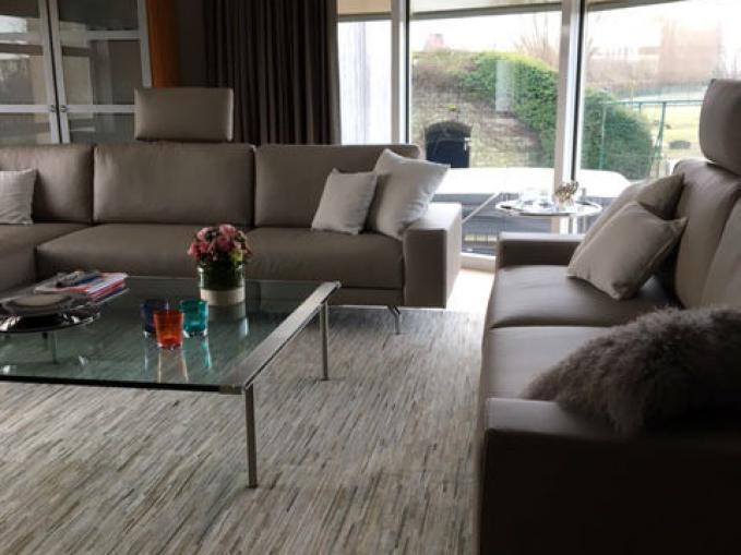 koehuid tapijt voor in de salon