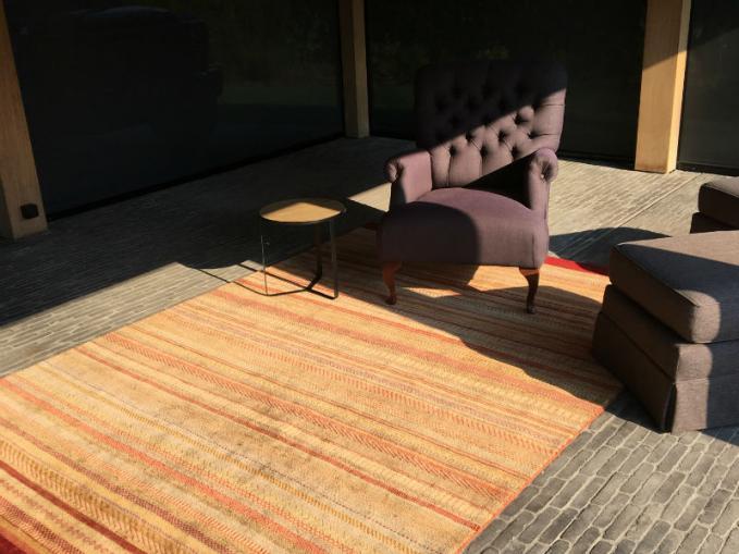 handgeknoopt kleurrijk tapijt in houten bijgebouw