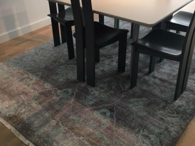 tapijt met veel kleur onder tafel