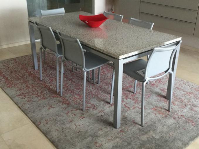 Grijs en rood tapijt voor onder de tafel
