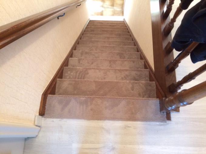 vast tapijt op trap plaatsen