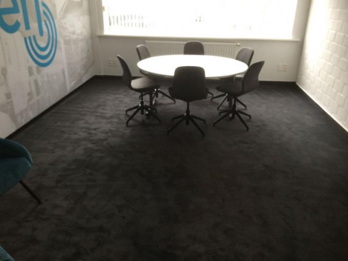 zen vast tapijt in vergaderzaal